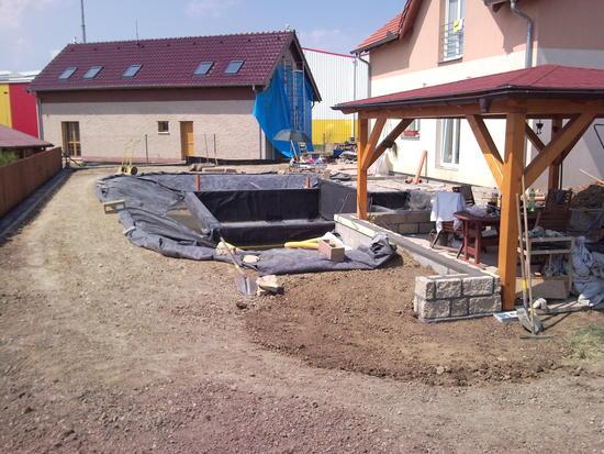 Během stavby