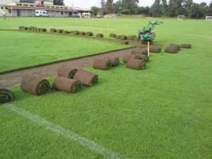 Loupání travních koberců - oprava fotbalového hřiště